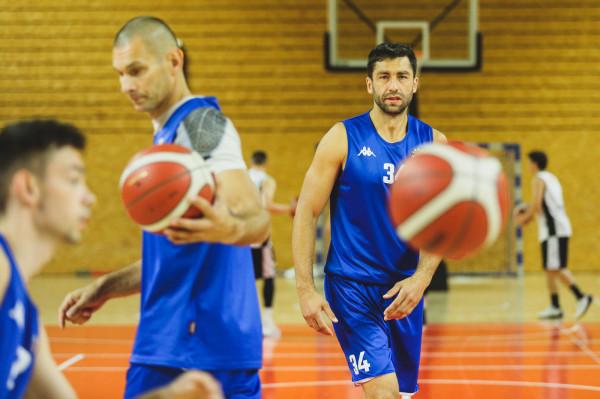 Koszykarze Asseco Arki Gdynia w tym sezonie zagrają w polskim składzie. Młodszych kolegów doświadczeniem wspierać będą m.in. Filip Dylewicz (z lewej) i Adam Hrycaniuk (z prawej). Na inaugurację zabraknie za to Krzysztofa Szubargi.