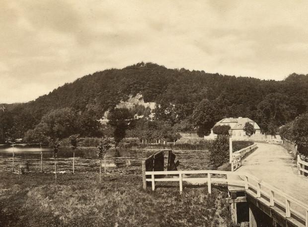 Fragment fotografii z 1878 roku. Na szczycie Pachołka widoczny pawilon ogrodowy.