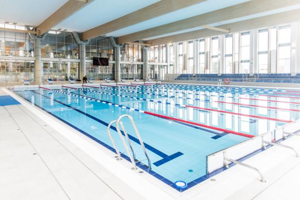 Zakup karnetu na pływalnię to dobry sposób, aby zmotywować się do aktywności jesienią i zimą. Na zdjęciu obiekt AMW w Gdyni.