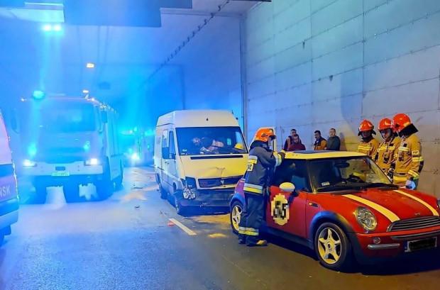 Skutki porannego wypadku w tunelu pod Martwą Wisłą.
