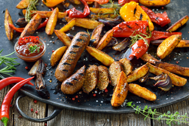 Roślinne odpowiedniki mięsa, czyli parówki, kotlety i kiełbaski. Czy wszystkie są zdrowe? Zapytaliśmy dietetyka.