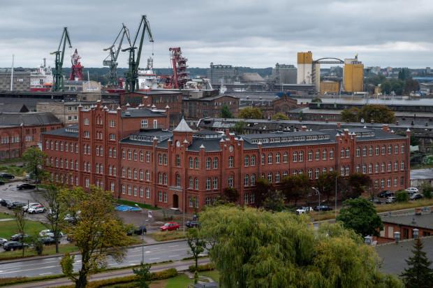 Budynek Dyrekcji widziany z tarasu widokowego ECS. Dopiero z takiej perspektywy widać jaki jest duży.