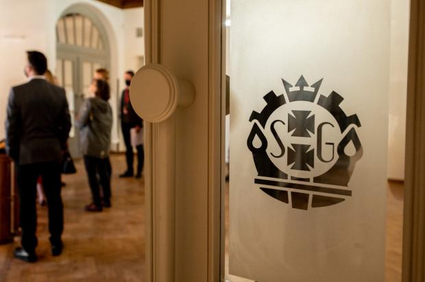 Odtworzone na wyraźne wskazanie konserwatora zabytków dekoracje na drzwiach logo Stoczni Gdańskiej.