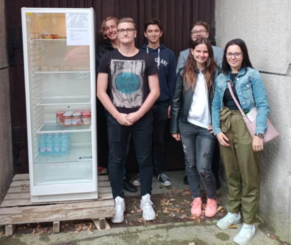 Społeczna lodówka czeka na darczyńców i potrzebujących przy kościele Franciszkanów w Gdyni. Uruchomiono ją z inicjatywy Gdyńskiej Akademii Młodych.
