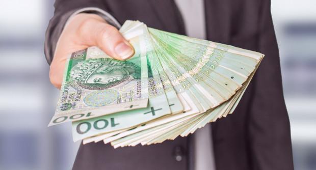 Jedna z kobiet sama oddała oszustom ponad 50 tys. złotych, drugą okradziono, a straty oszacowała na ponad 16 tys. zł.