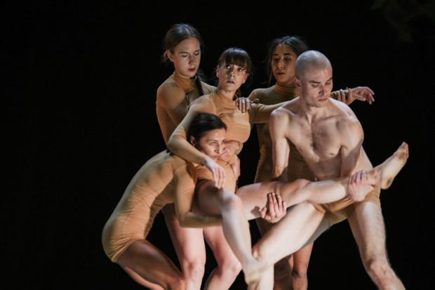 """Przemyślane i efektowne wizualnie przedstawienie """"Over ground"""" zaprezentował debiutujący na gdańskiej imprezie Olsztyński Teatr Tańca."""