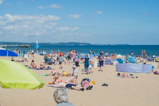 Mimo obostrzeń związanych z koronawirusem na trójmiejskich kąpieliskach nie brakowało zarówno mieszkańców, jak i turystów.