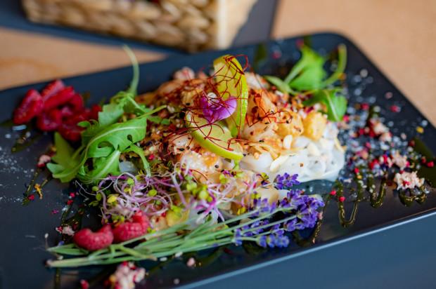 I chociaż Nasza Kasza jest restauracją w głównej mierze roślinną, w menu znajdziemy również kilka pozycji dla osób mięsożernych. Na zdjęciu: pięknie podane krewetki.