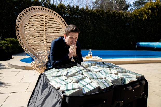 Vega opowiada o wielkich pieniądzach, mafii, służbach specjalnych i uwikłanych w afery celebrytach. Prezentuje przy tym charakterystyczne dla siebie kino pełne przemocy, seksu i wulgarności.