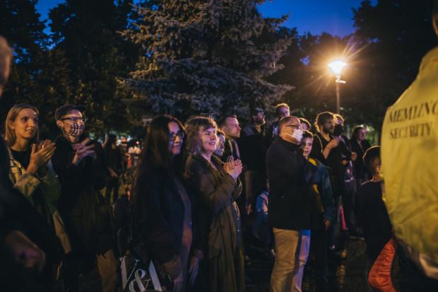 Publiczność najwyraźniej zgadzała się z wymową muzycznego komentarza do poematu Cage'a, bo po zakończeniu performansu nagrodziła artystów gromkimi brawami.