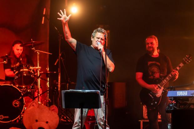 Kazik Staszewski podczas koncertu w Gdyni. To był jego pierwszy występ od miesięcy.