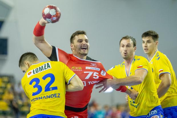Szczypiorniści Torus Wybrzeża z mistrzem Polski równorzędnie walczyli tylko w pierwszej połowie. Na zdjęciu Kelian Janikowski.