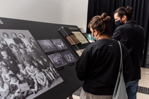 """""""Carboland"""" w Muzeum Emigracji w Gdyni to wystawa poświęcona Polakom pracującym w kopalniach węglowych we Francji i Belgii."""