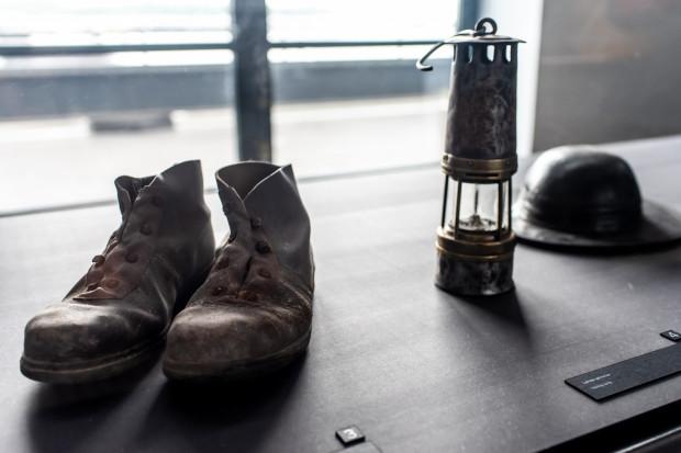 Wśród eksponatów zobaczymy oryginalne wyposażenie górników z tamtych lat.
