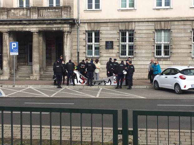 Policja z kontrmanifestantami