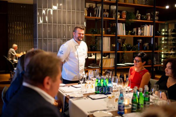 Paweł Stawicki, jeden z autorów kolacji, oraz zaproszeni goście.