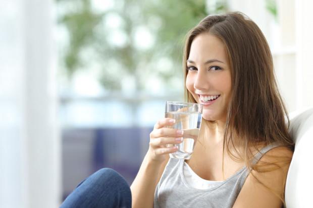 Oprócz odpowiednio zbilansowanej diety ważną rolę w pielęgnacji włosów odgrywa dostarczanie do organizmu wody.