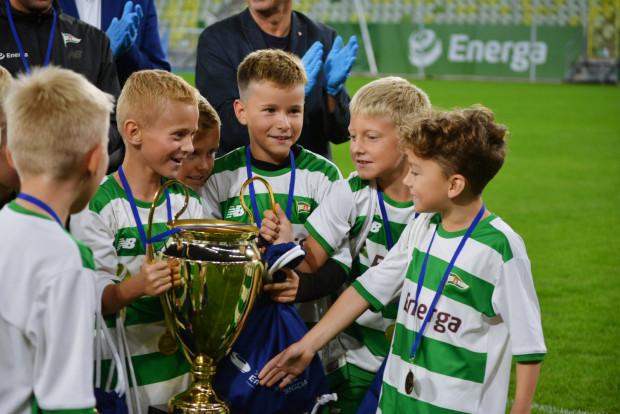 Młodzi piłkarze Lechii z Pucharem wygranym podczas turnieju na Stadionie Energa Gdańsk.