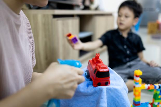 Przedmioty, z którymi dzieci mają styczność, odkażane są codziennie. Z sal zniknęły zabawki, takie jak pluszaki, których nie można szybko zdezynfekować