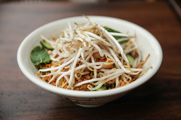 Noodle bowl - azjatycka sałatka z makaronem ryżowym z krewetkami miodowo-czosnkowymi.
