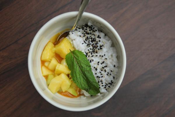Deser: mango sticky rice - mango z ryżem i sezamem.