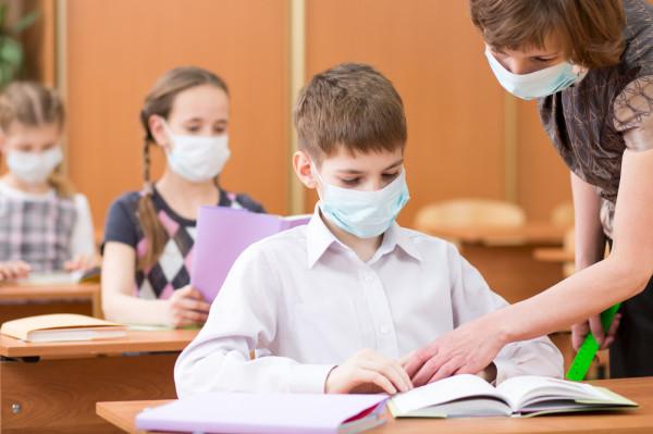 Szkoły uczą się tego, jak funkcjonować w nowej, pandemicznej rzeczywistości. Nie każde działania zyskują aprobatę rodziców.
