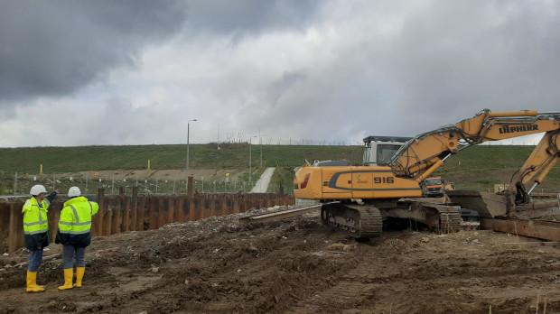 Na placu budowy spalarni w Szadółkach drugi miesiąc trwają prace ziemne związane m.in. z wymianą gruntów pod inwestycję.