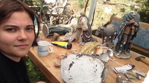 Artystka podczas pracy nad kolejną renowacją.