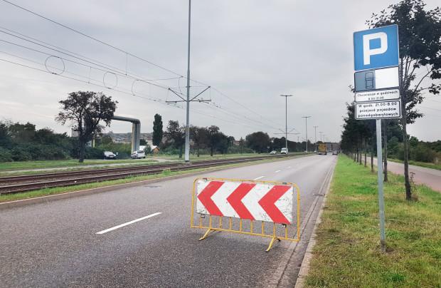 We wtorkowy poranek pojawiły się nowe znaki, informujące o nowej organizacji parkingu wzdłuż ul. Marynarki Polskiej. Dolna tablica jasno informuje, co było powodem wprowadzenia zmian.