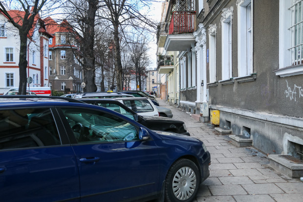 Rzeczywistość parkingowa we Wrzeszczu Dolnym. Na zdjęciu ul. Danusi. Uruchomienie opłat za parkowanie ma sprawić, że wkrótce będzie lepiej.