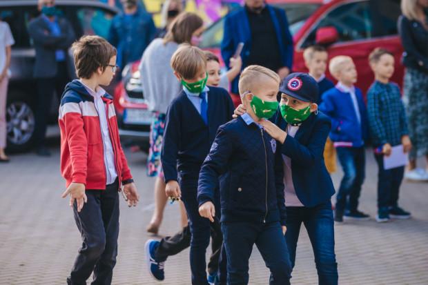 Rodzice uczniów nie wierzą, że w szkolnych realiach zachowanie dystansu społecznego jest w ogóle możliwe.
