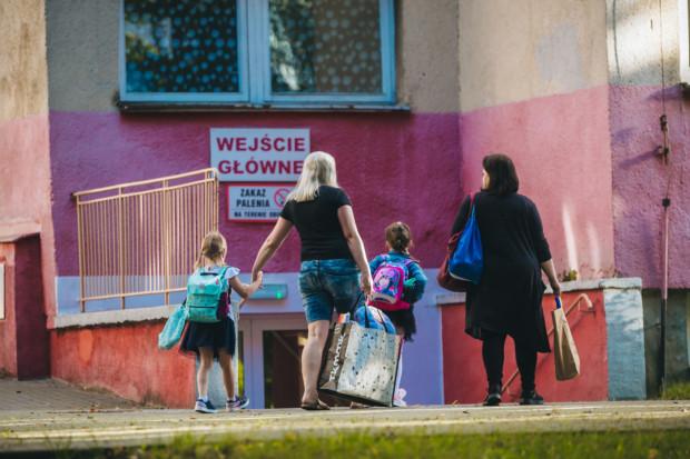 Początek roku szkolnego to trudny czas szczególnie dla tych dzieci, które do przedszkola czy szkoły idą po raz pierwszy. Rodzice mogą im towarzyszyć jedynie w ograniczonym zakresie.