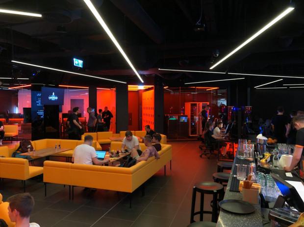 Kinguin Esports Lounge w Gdańsku to miejsce dla graczy zarówno początkujących, jak i zaawansowanych.
