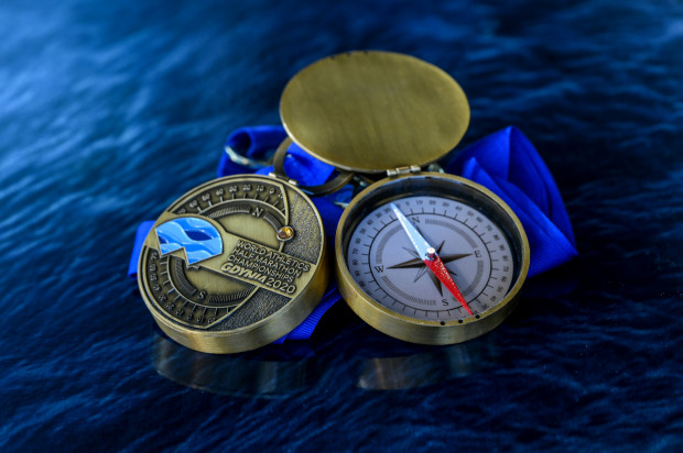 Tak wyglądają medale mistrzostw świata w półmaratonie Gdynia 2020 roku. Osoby, które opłaciły wpisowe, otrzymają je w ramach pakietów startowych.