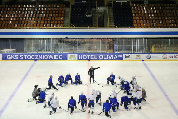 Hokeiści Stoczniowca w piątek zaczną sezon w Oświęcimiu, a w niedzielę zagrają w Gdańsku.