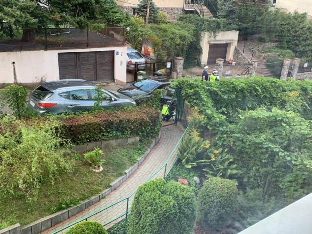Policjanci przeszukali i zabezpieczyli porzucone auto.