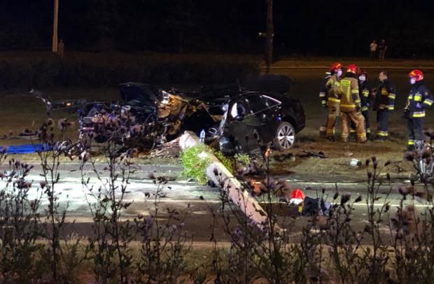 Auto uderzyło w słup trakcji. Kierowca zginął na miejscu.