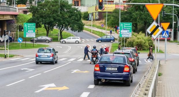 Żółte oznaczenia na skrzyżowaniu estakady Kwiatkowskiego i ul. Unruga to - jak mówią urzędnicy - pilotażowa zmiana organizacji ruchu - w tym rejonie.