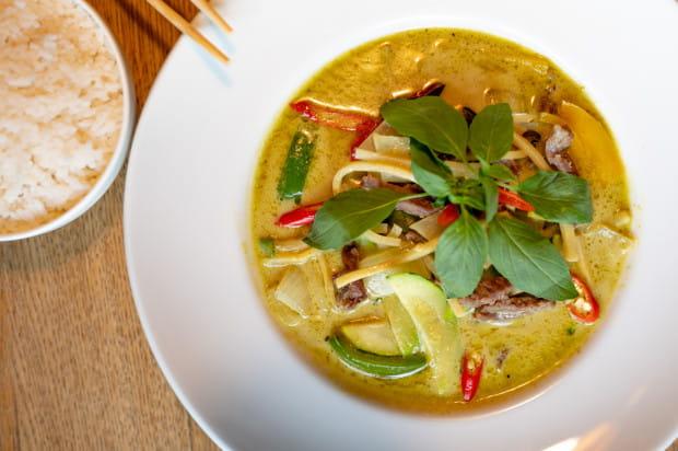 Zielone curry z wołowiną i ryżem w Phuket.