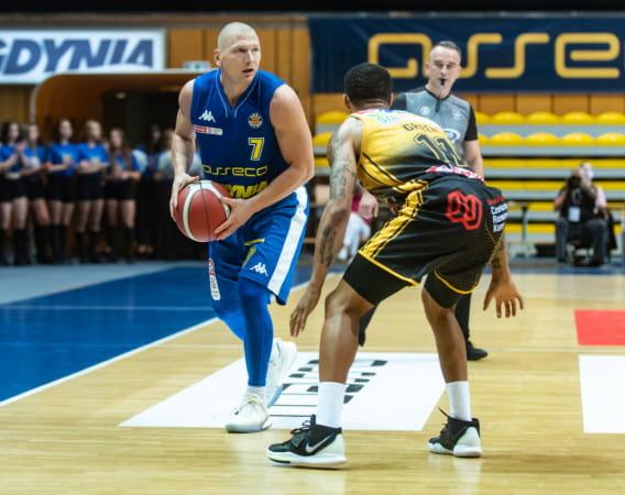 Występ Krzysztofa Szubargi (z lewej) w meczu z Agred BMSlam Stal Ostrów Wlkp. stał pod znakiem zapytania, ale kapitan Asseco Arki Gdynia zdążył wrócić i był jednym z kreatorów zwycięstwa.