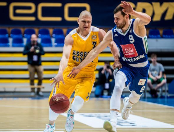 Krzysztof Szubarga (z lewej) i Kamil Łączyński (z prawej) znają się bardzo dobrze z pojedynków na polskich parkietach. W poniedziałek zmierzą się po raz kolejny.