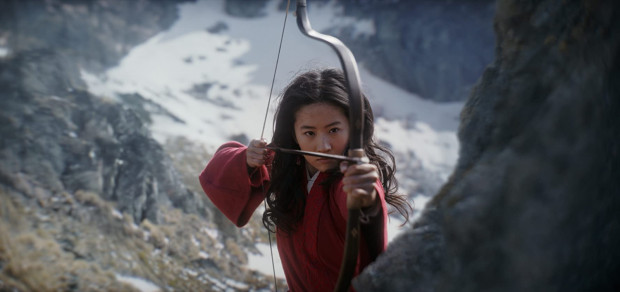 Hua Mulan (Yinfei Liu) w tajemnicy przed ojcem dołącza do chińskiej armii i rusza na wojnę. Przed towarzyszami broni oczywiście nie zdradza swojej prawdziwej tożsamości i płci. Dla nich jest Hau Junem, walecznym wojownikiem gotowym do poświęceń w imię rodziny i przyjaciół.
