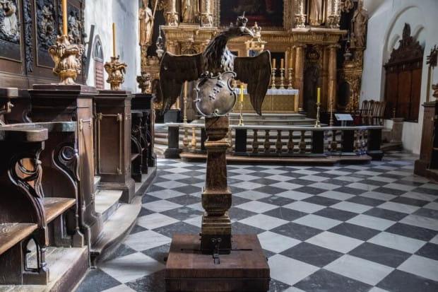 Po wojnie pulpit został schowany za ołtarz główny, a przez ostatnie lata był przechowywany w kilku elementach w krypcie i w zakrystii. Teraz odrestaurowany zawisł po lewej stronie ołtarza głównego w kościele św. Mikołaja.