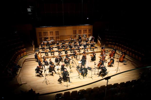 Motion Trio i Orkiestra Polskiej Filharmonii Bałtyckiej pod dyr. Radosława Labahuy zapracowali sobie piątkowym występem na zasłużone owacje na stojąco.
