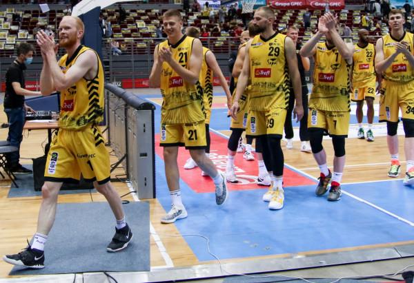 TJ Haws (z lewej) i Paweł Leończyk (nr 29) byli najlepszymi graczami Trefla Sopot w spotkaniu z Anwilem Włocławek. Amerykanin świetnie funkcjonował na obwodzie, natomiast kapitan żółto-czarnych rządził pod koszem.