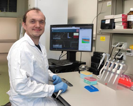 Dr Łukasz Rąbalski, adiunkt w Zakładzie Szczepionek Rekombinowanych Międzyuczelnianego Wydziału Biotechnologii UG i GUMed.