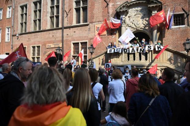 Manifestacja z udziałem prezydent Aleksandry Dulkiewicz pod ratuszem.