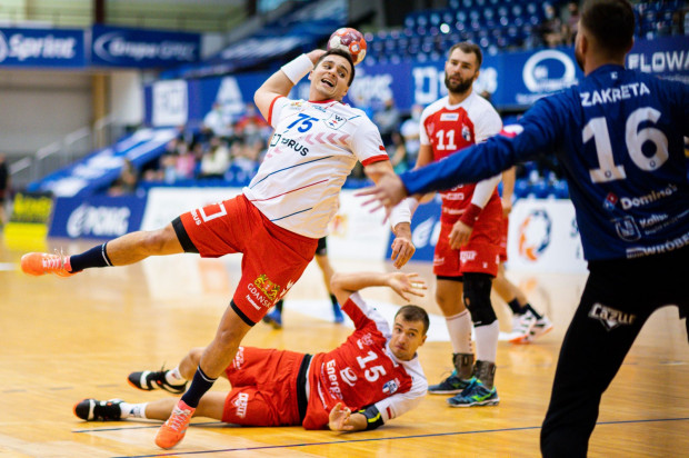 Piłkarze ręczni Torus Wybrzeże Gdańsk przegrali pierwszym meczu u siebie w tym sezonie po rzutach karnych. Na zdjęciu Kelian Janikowski.