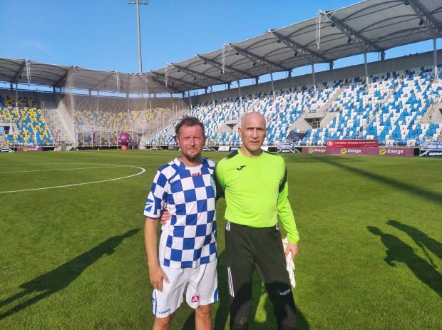 W meczu oldbojów Bałtyku i Polonii zagrał m.in. Maciej Szczęsny (z prawej), na zdjęciu razem z byłym piłkarzem i trenerem gdynian Pawłem Budziwojskim.