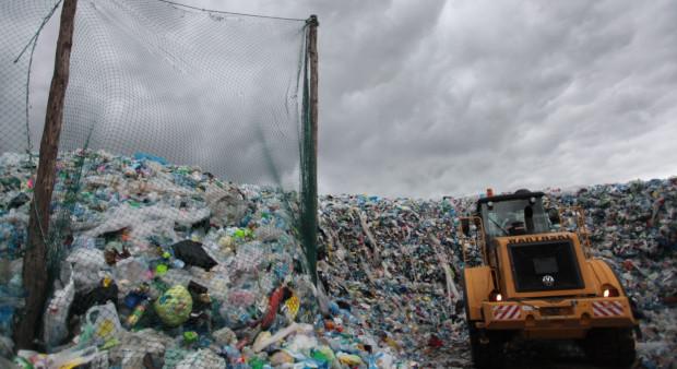 W Szadółkach odpady komunalne, które docierają do zakładu, są zazwyczaj gromadzone w dwunastu boksach w zamkniętym obiekcie. Od dwóch tygodni z powodu awarii w kompostowni, odpady znajdują się na zewnątrz i uprzykrzają życie okolicznym mieszkańcom.